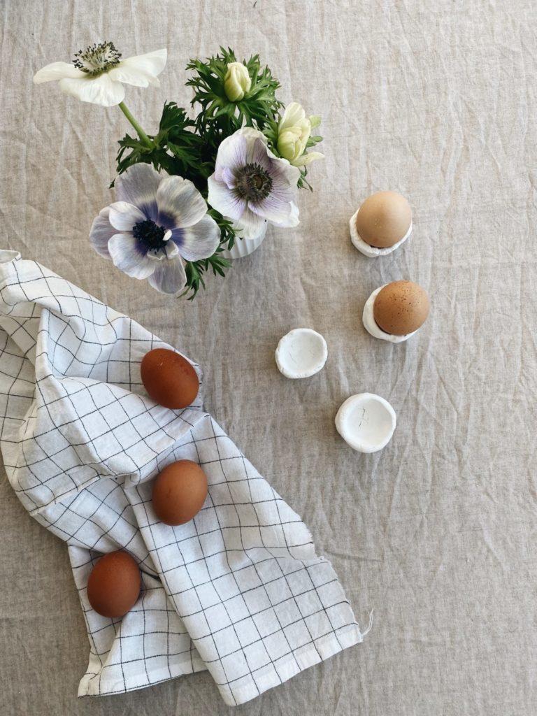 Eierbecher-aus-Ton-stillesbunt